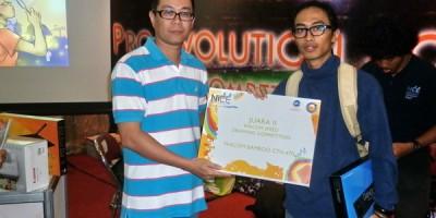 Penyerahan piagam kepada pemenang kedua lomba speed drawing oleh ketua apkom 2